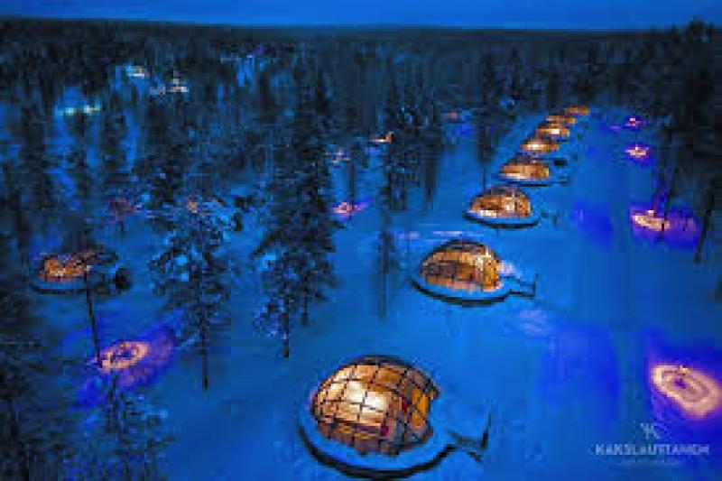 Luna di miele in Finlandia, dormendo in un igloo di vetro