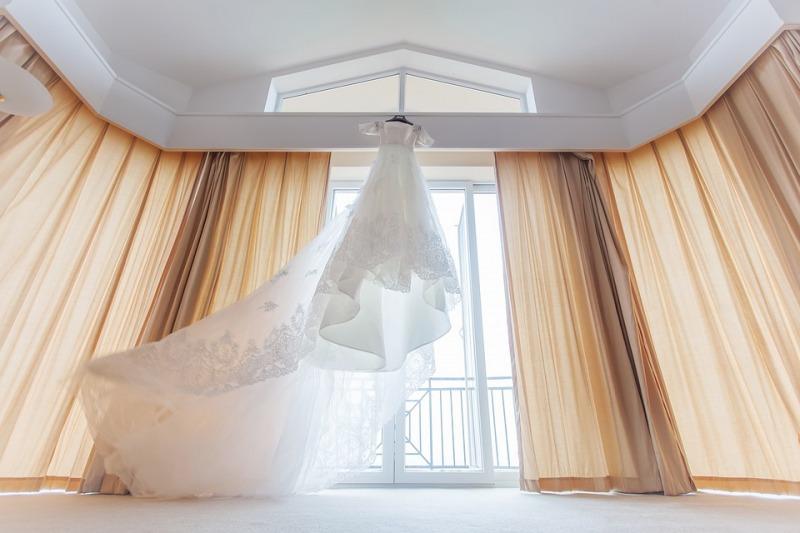 Maxi mantella: un accessorio immancabile per le spose di tendenza