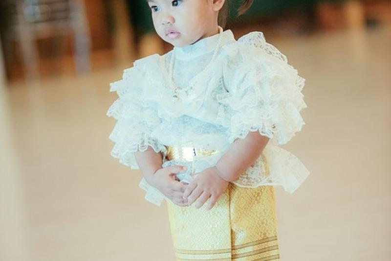 Sposa e figlia vestite uguali: la tendenza mini-me alle nozze delle coppie con figli