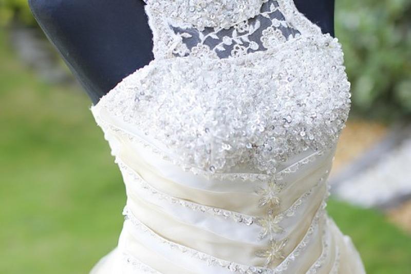Un abito da sposa con scollo all'americana? Perché no!
