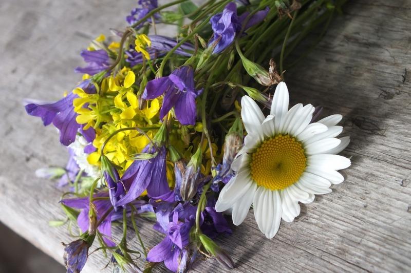 Bouquet da sposa con fiori campo: easy&chic!