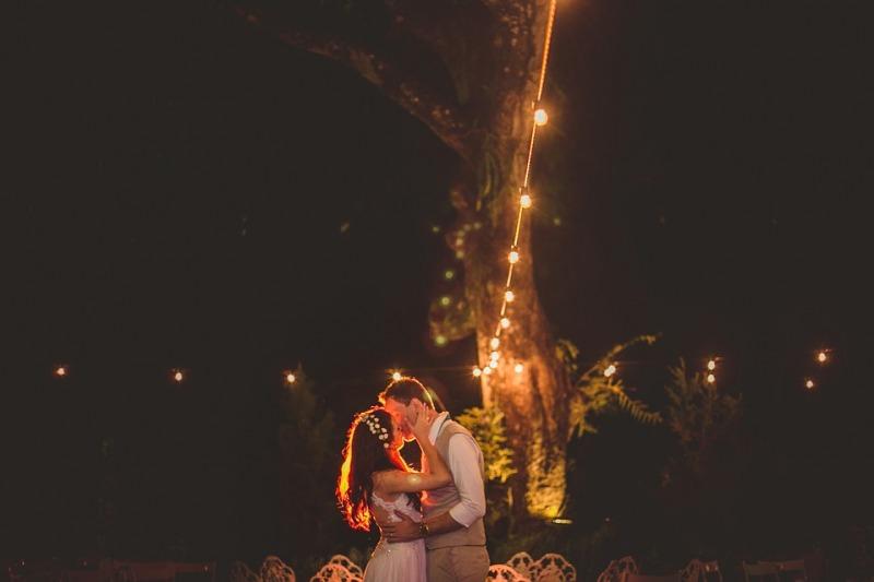 Tendenze Matrimoni 2021 con covid: ghirlande di luci, cielo stellato e fiori secchi