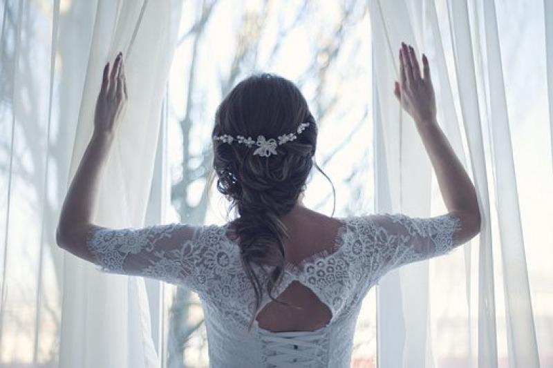 Abiti da sposa semplici 2021, i più richiesti in tempi di covid: in seta, pizzo, eleganti, raffinati