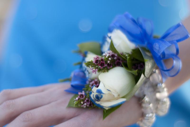 Bouquet e corsage da polso per la sposa: una tendenza molto originale