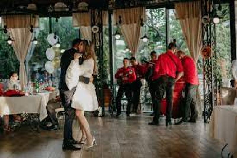 Le canzoni più divertenti per la festa del tuo matrimonio: playlist e idee per duetti degli sposi