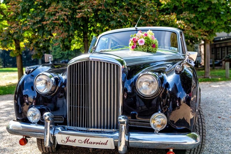 Le auto più richieste per il matrimonio: quale scegliere, costi noleggio e cosa dice il galateo