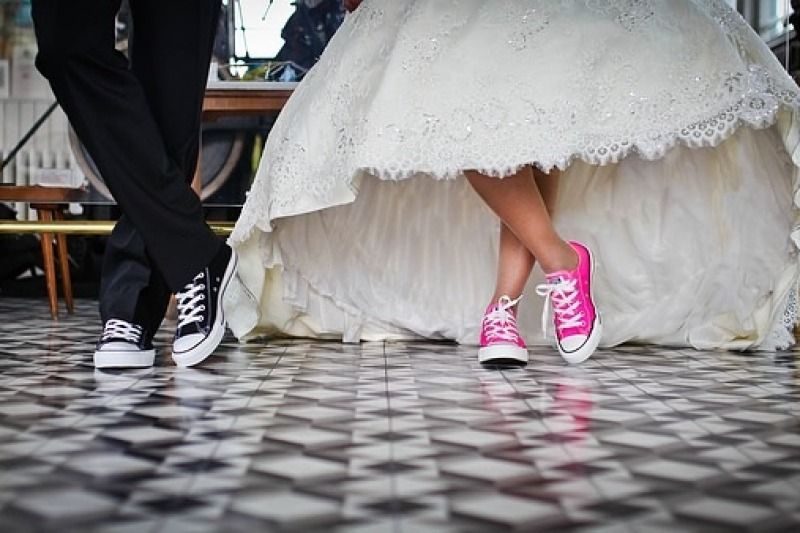 Le sneakers sotto l'abito da sposa