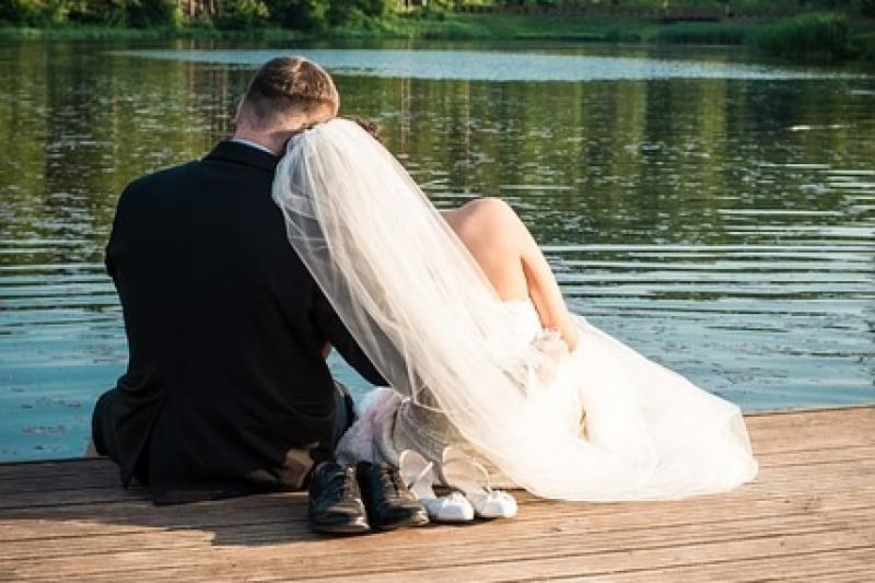 Un momento di intimità per gli sposi prima del ricevimento nuziale